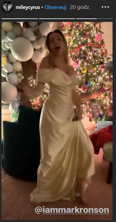 Miley Cyrus pokazała CAŁĄ suknię ślubną. Skromna, elegancka i z klasą!