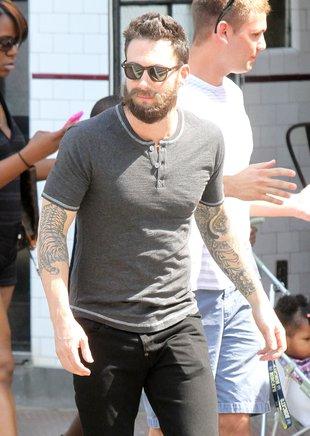 Adam Levine z wąsami i brodą – obleśny? (FOTO)