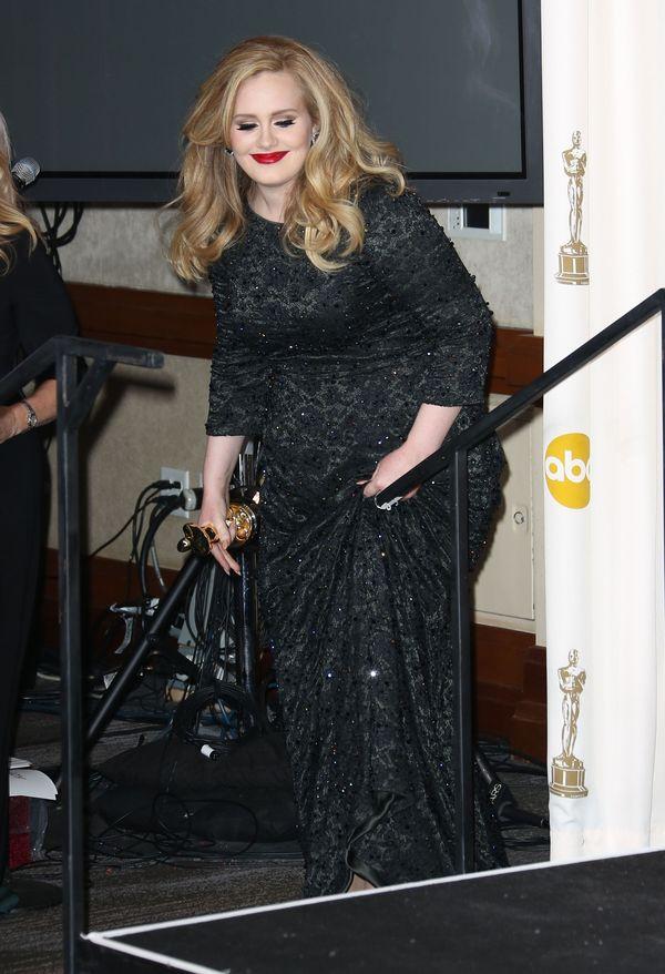 Adele kupiła zrobiła prawo jazdy i kupiła wygodny samochód