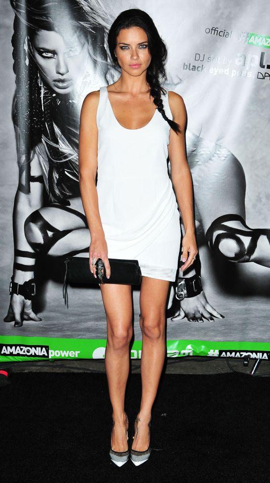 Gorąca i wolna Adriana Lima kusi na salonach (FOTO)