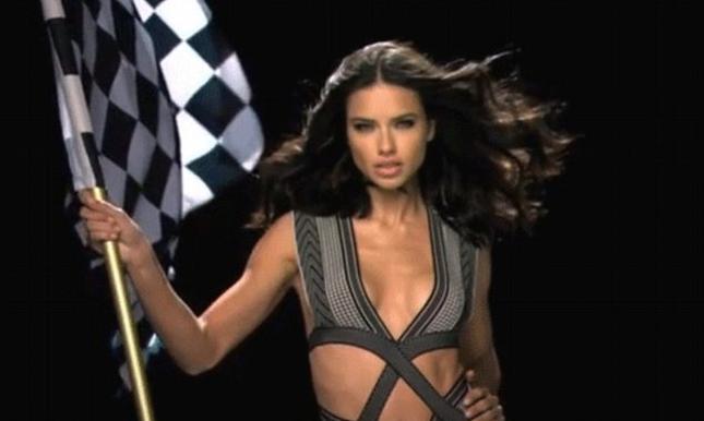 Adriana Lima macha flagą przez 5 godzin [VIDEO]