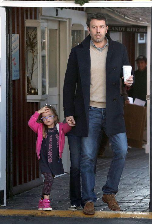 Ben Affleck sam zajmuje się córkami (FOTO)
