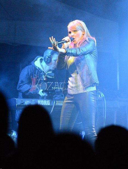 Blond Chylińska szaleje na scenie (FOTO)