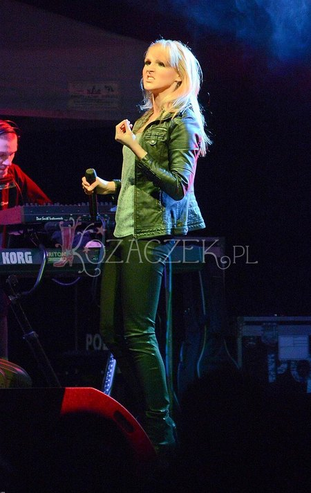 Blond Chyli�ska szaleje na scenie (FOTO)