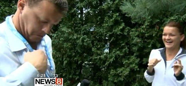 Agnieszka Radwańska walczy z... osą [VIDEO]