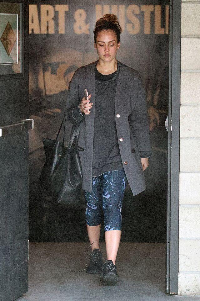 Zmęczona Jessica Alba wychodzi z siłowni (ZDJĘCIA)
