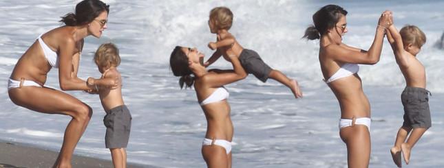 Alessandra Ambrosio na plaży w bikini (FOTO)