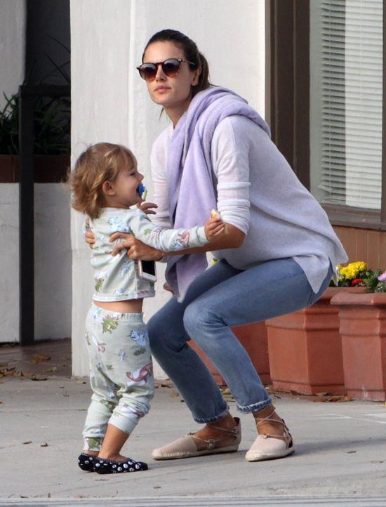 Wyciągnęła dzieci na ulicę w piżamie (FOTO)