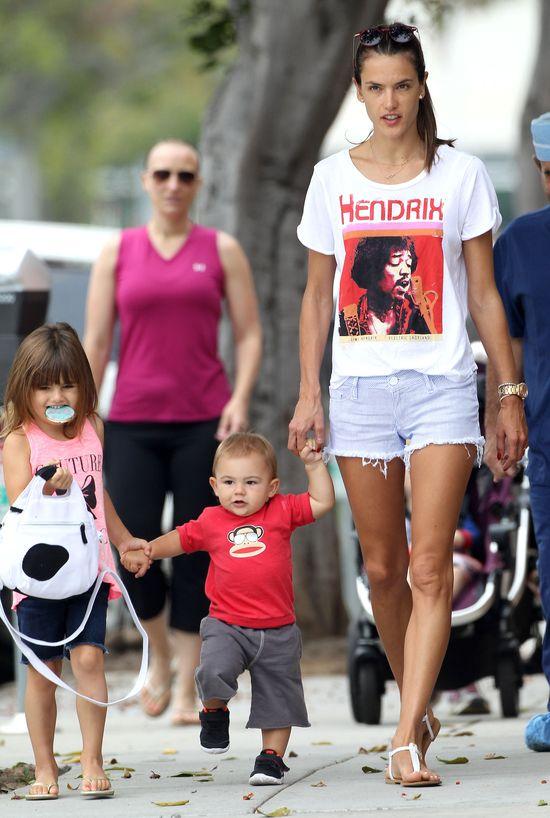 Allesandra Ambrossio uczy syna stawiać pierwsze kroki (FOTO)