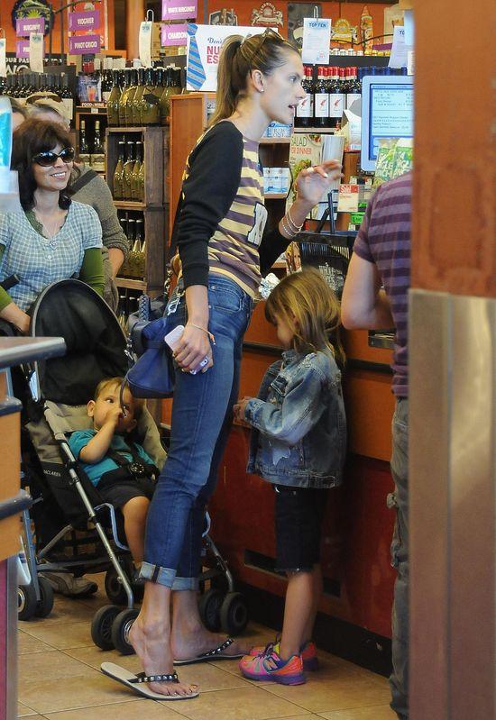 Alessandra Ambrosio z c�reczk� na zakupach (FOTO)