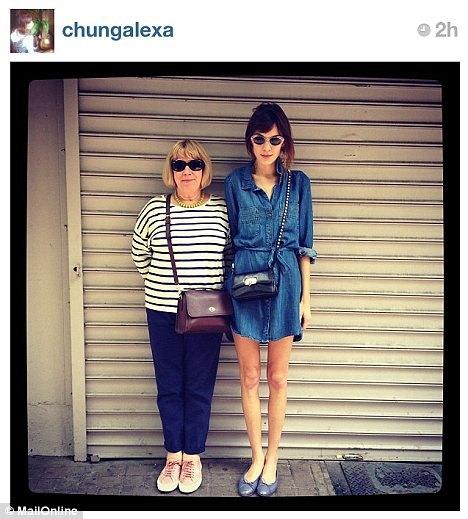 Alexa Chung musiała usunąć zdjęcie swoich chudych nóg