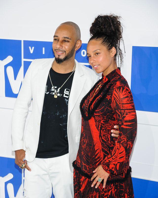 Alicia Keys BEZ MAKIJAŻU na czerwonym dywanie gali MTV VMA 2016 (FOTO)
