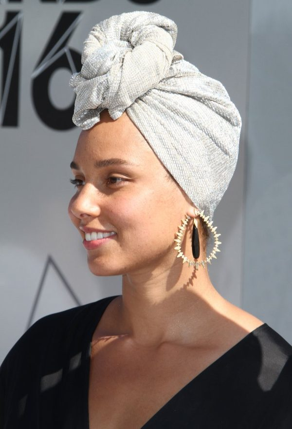 Piegi, przebarwienia - tym razem Alicia Keys nie użyła nawet podkładu? (FOTO)