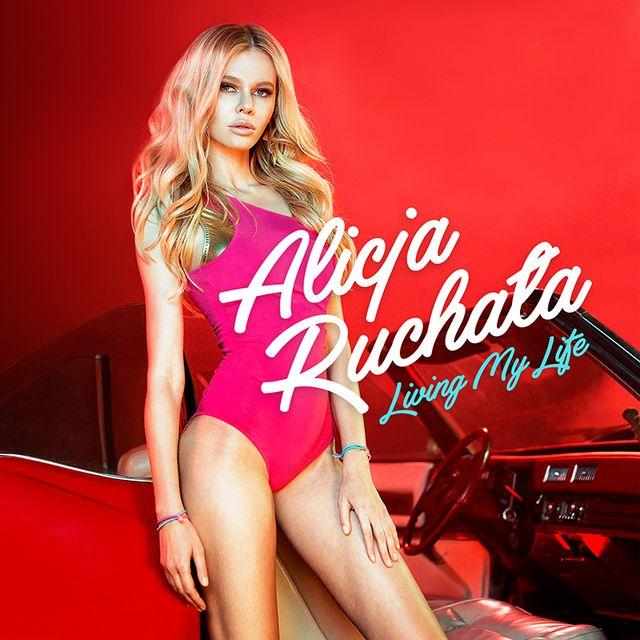 Alicja Ruchała z muskularnym macho-mechanik w nowym teledysku Living My Life