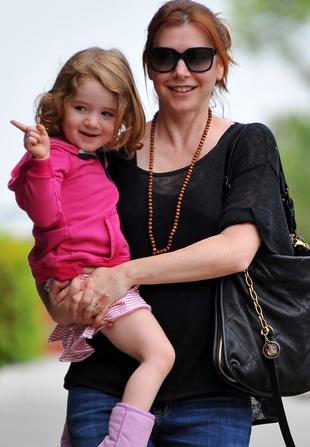 Alyson Hannigan na spacerze z córeczką (FOTO)