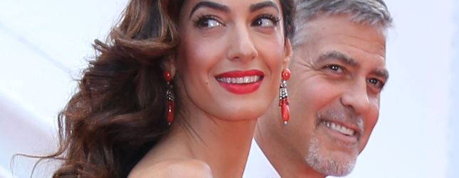 Amal Clooney URODZIŁA! Dzieci mają się świetnie, ale George…