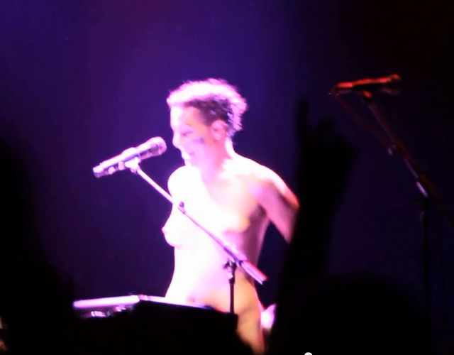 Amanda Palmer nago kpi z Daily Maila (VIDEO)