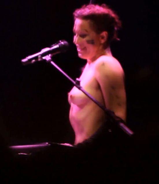 Amanda Palmer nago kpi z Daily Maila (VIDEO)
