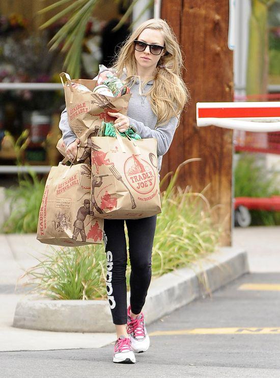 Amanda Seyfried obładowana zakupami (FOTO)