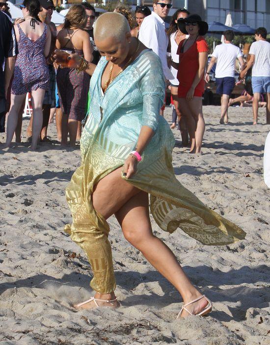 Jej mężowi cellulit zdecydowanie nie przeszkadza (FOTO)
