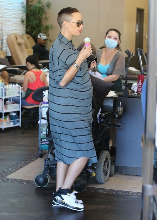 Amber Rose w ciąży nie rezygnuje ze słodkości (FOTO)