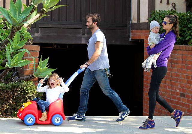 Wesoła rodzinka Allesandry Ambrosio na spacerze (FOTO)