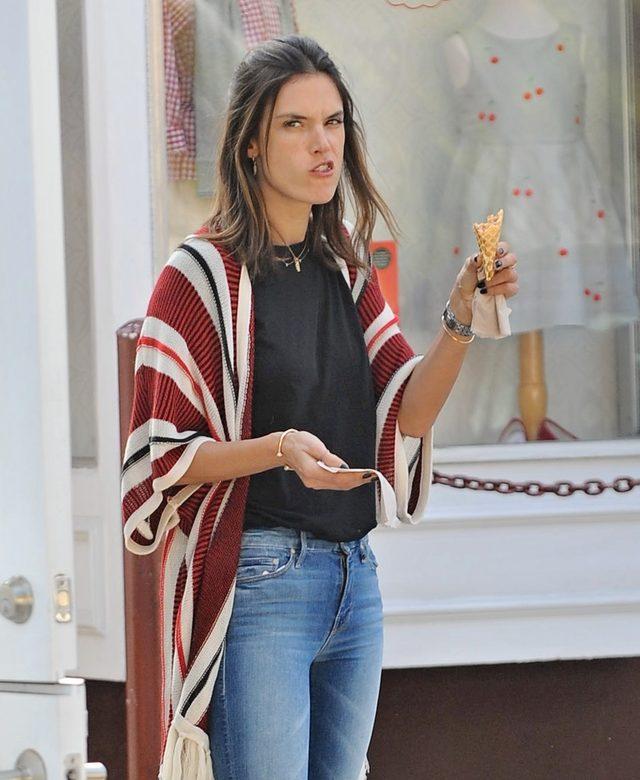 Alessandra Ambrosio liże loda - najgorsze zdjęcie modelki? FOTO