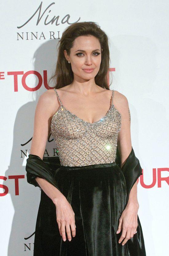 Angelina Jolie usun�a obie piersi!