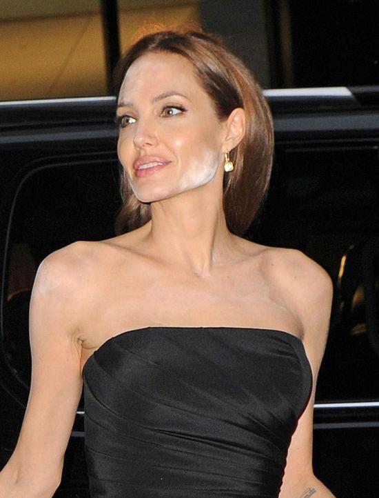 Co się stało z twarzą Angeliny Jolie?! (FOTO)