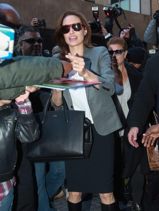 Angelina Jolie oślepiła obrączką (FOTO)
