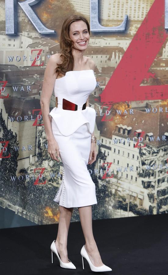 Angelina Jolie w Berlinie: żegnajcie workowate sukienki FOTO