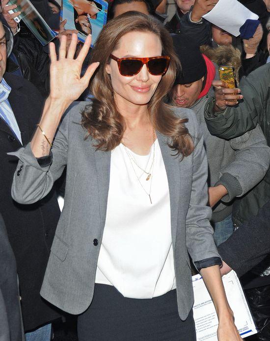 Angelina Jolie panicznie boi się raka i pali papierosy