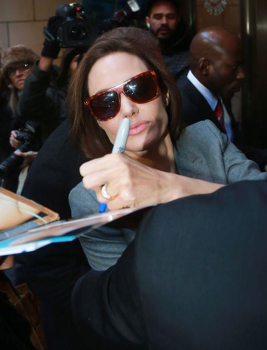 Angelina Jolie o�lepi�a obr�czk� (FOTO)