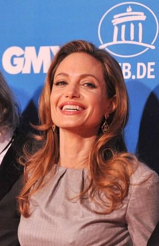 Angelina Jolie schowała się pod szarą sukienką (FOTO)