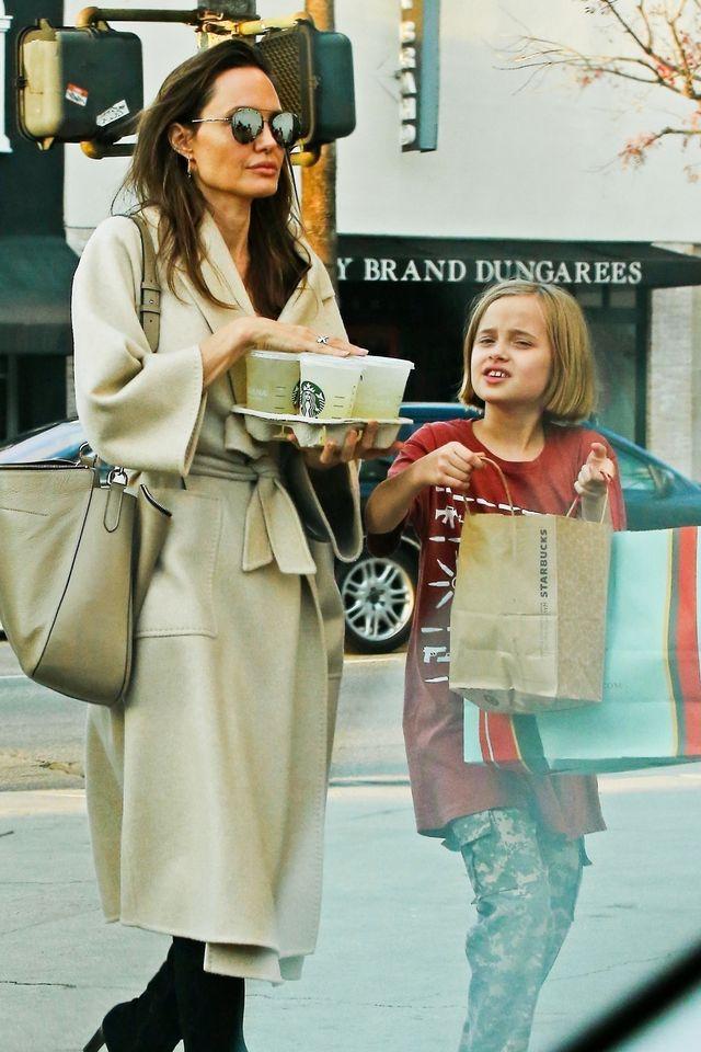 Angelina Jolie w kozakach i płaszczu zakrywa chude ciało (ZDJĘCIA)