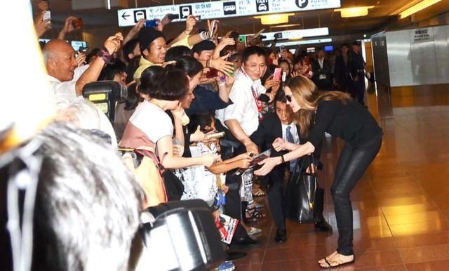 Szcz�liwa Angelina Jolie w Japonii (FOTO)