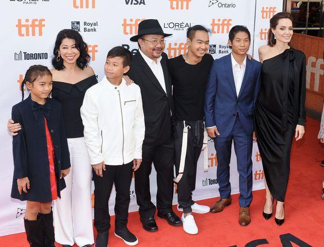 Angelina Jolie na premierze w OBSIKANEJ sukni