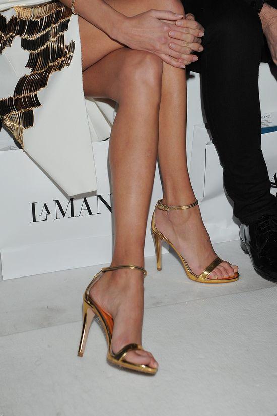 Że też sandałki nie spadną z tak chyduch nóżek! (FOTO)