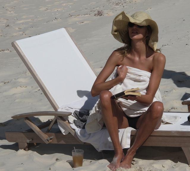 Anja Rubik wypoczywa na plaży (FOTO)