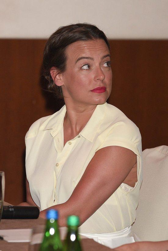 Modna Anna Mucha - w rozkloszowanej spódnicy i szpilkach