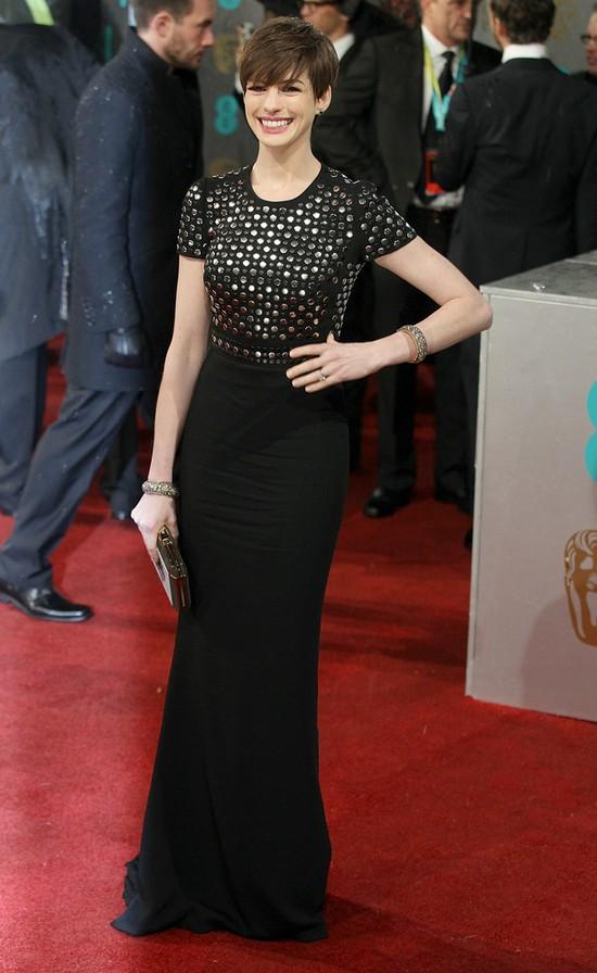 Anne Hathaway eksperymentuje z grzywk� (FOTO)