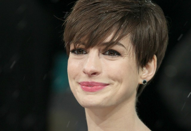 Anne Hathaway eksperymentuje z grzywką (FOTO)