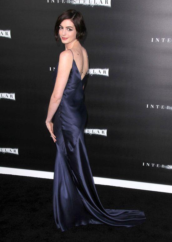 Anna Hathaway w koszuli nocnej na salonach (FOTO)