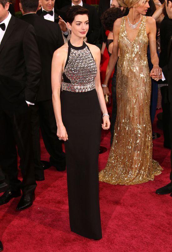 Anne Hathaway i Charlize Thron - damy w czerni (FOTO)