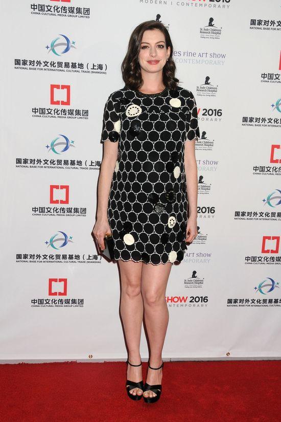 Anne Hathaway dumnie prezentuje brzuszek na salonach (FOTO)