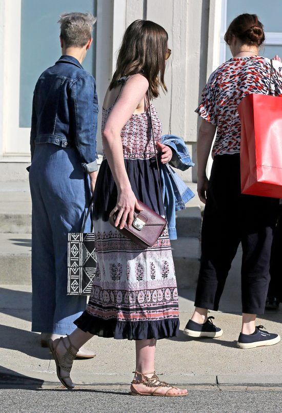Anne Hathaway trzy miesiące po porodzie - wróciła do formy? (FOTO)