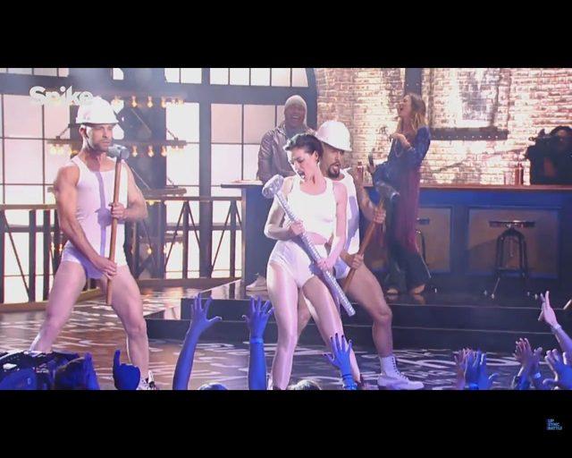 Anne Hathaway LEPSZA od Miley Cyrus w kawałku Wrecking Ball?