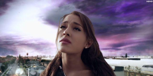 Nowy teledysk Ariany Grande to KONIEC ŚWIATA (VIDEO)