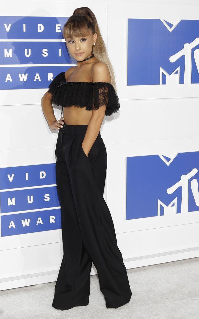 Uff, jak dobrze, że Ariana Grande ma mały biust!