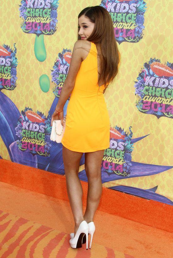 Która wygląda starzej - Ariana Grande kontra Bella Throne